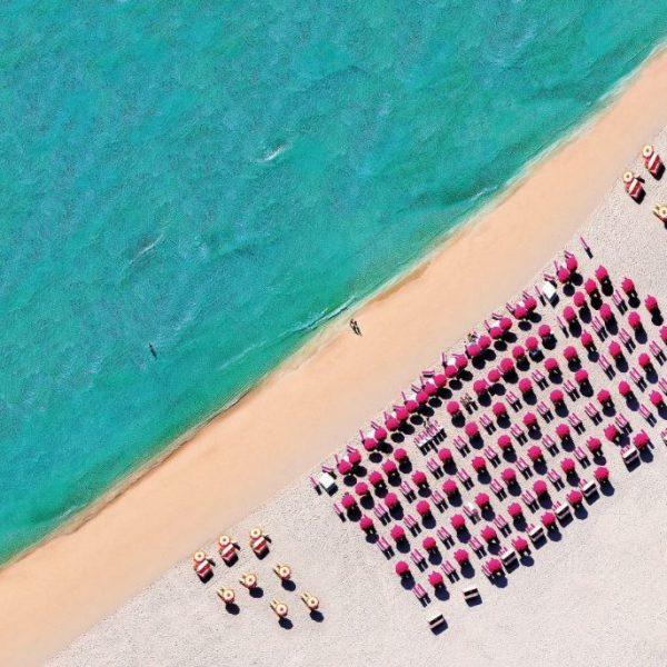 Fotobehang strand met parasols